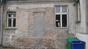 Die teilweise vom Putz befreite Fassade im Innenhof. Wenn man sich das chaotische Mauerwerk anschaut stellt sich schon die Frage - abschleifen oder verputzen. Neue (alte) Fenster gibts auch demnächst