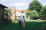 Bräutigam-Schwiegermutter-Hochzeit-im-Grünen-mit-Scheune-Garten-am-See