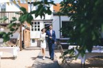 Braut-Trauzeuge-vor-Haus-am-See