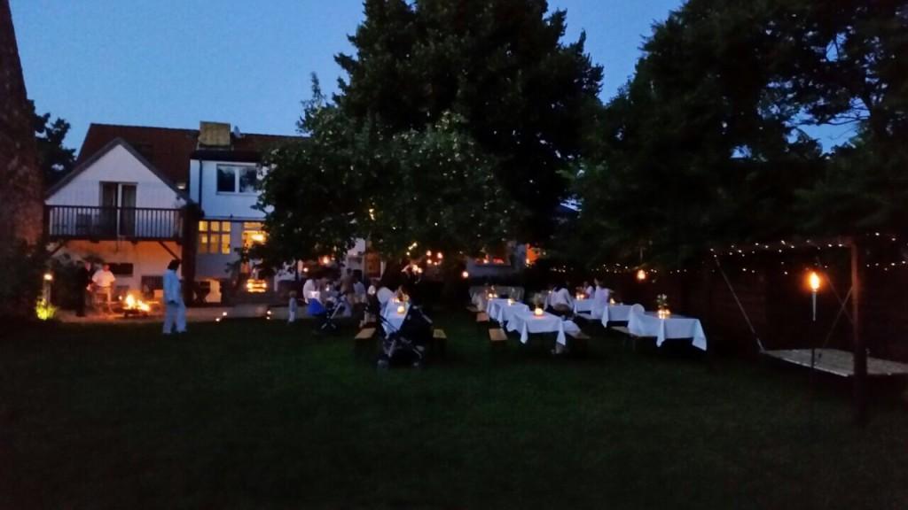 Diner en blanc im Garten am See
