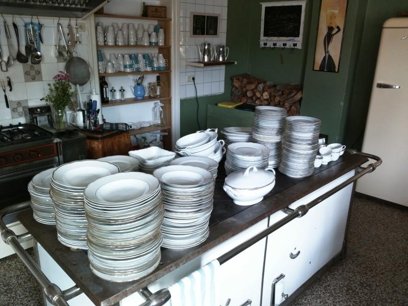 Unsere Kochstation - mit altem Geschirr