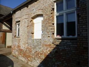 Die Fassade im Innenhof, fehlen noh die neuen Holzfenster und der Klinkermörtel für die Fugen