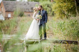 Das Hochzeitspaar auf dem Steg des Bauernsees