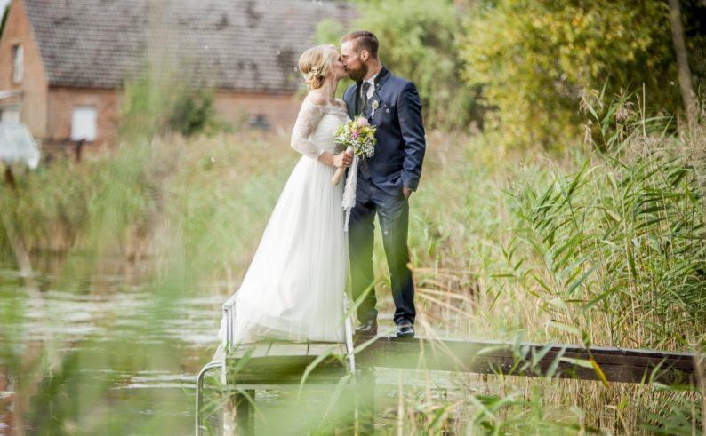 Das Hochzeitspaar auf dem Stegg des Bauernsees