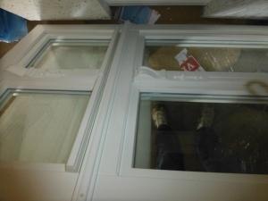 Die 'neuen alten' Fenster vor dem Einbau in den historischen Teil des Gebäudes (4 neue Fenster für Küche und Anliegerwohnung)