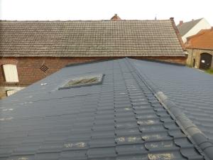 Das neue Dach der Toreinfahrt mit dem Dachfenster des 'Sternenzimmers'