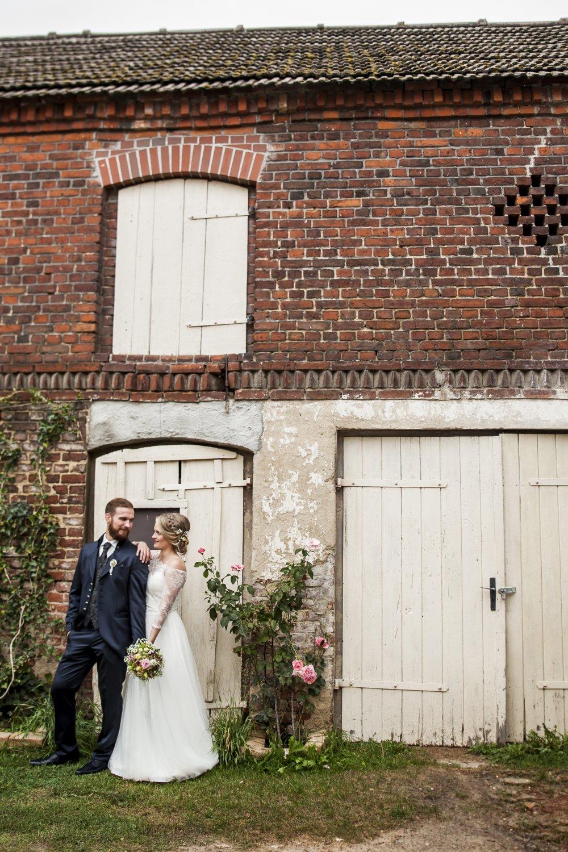 Das Hochzeitspaar vor dem Pferdestall
