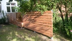 Sichtschutz-Zaun-integrierte-Bänke-1