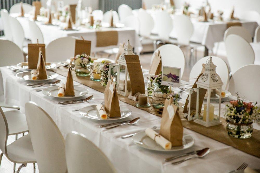 tischdekoration im Saal der Hochzeitslocation Berlin brandenburg am See