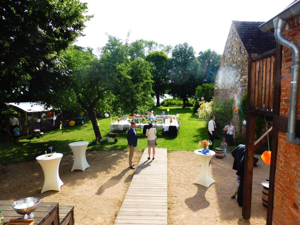Hochzeitsfeier im Garten am See