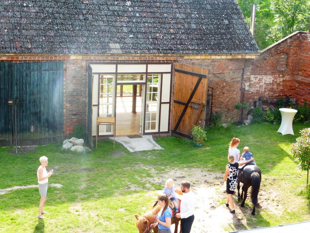 Reiten für Kinder auf der Hochzeit im Innenhof