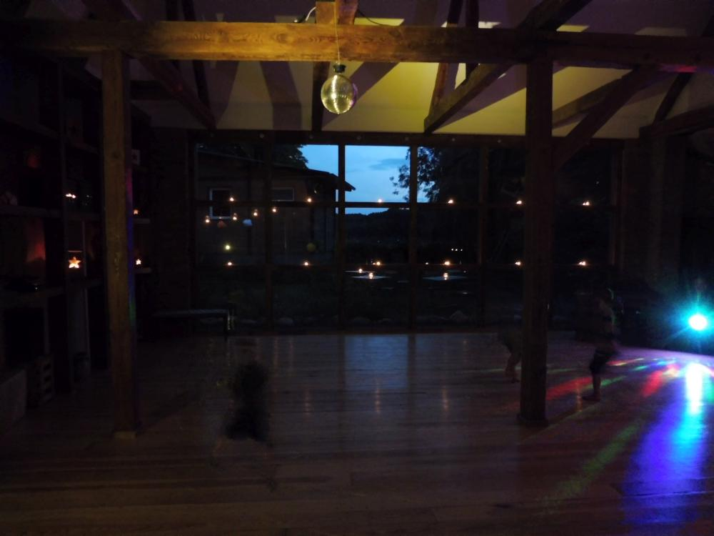 Scheune-Kerzen-Tanzen-romantisch