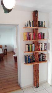 Bücherregal selbst gemacht im Haus am Bauernsee Dobbrikow