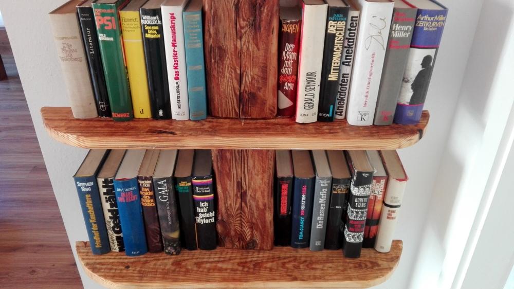 Bücherregal im Seehaus Dobbrikow selbst gemacht