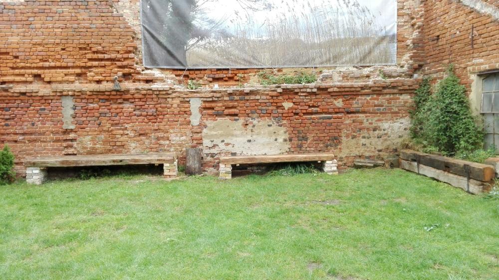 Sitzbänke alte Balken Bauernhof am See