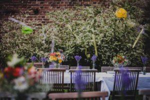 Tische im Garten