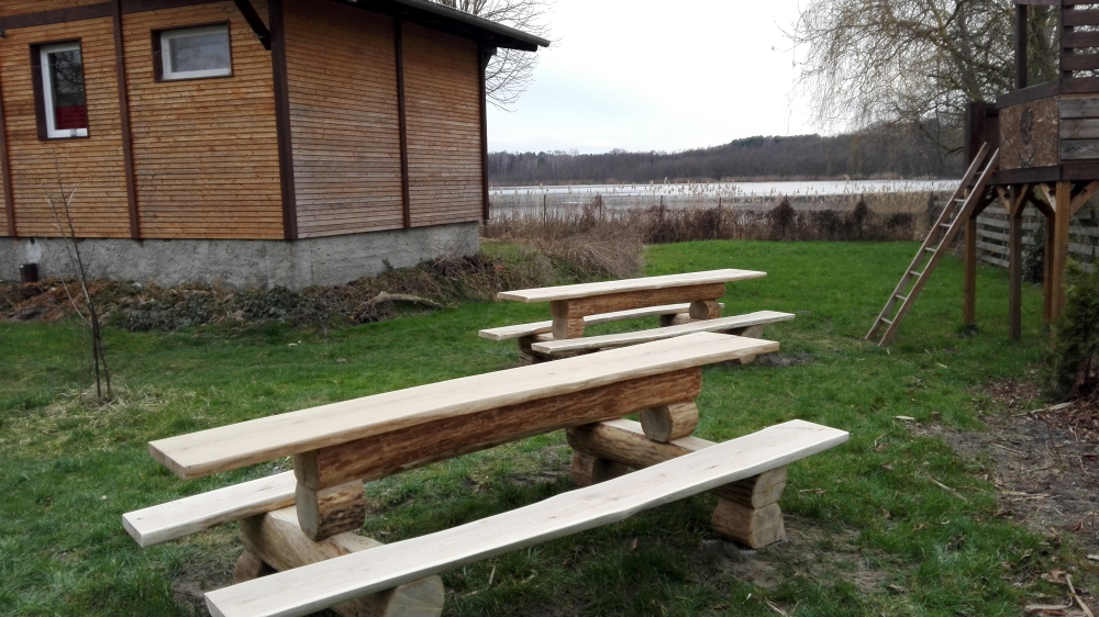 Bänke-Garten-See-Haus-am-bauernsee