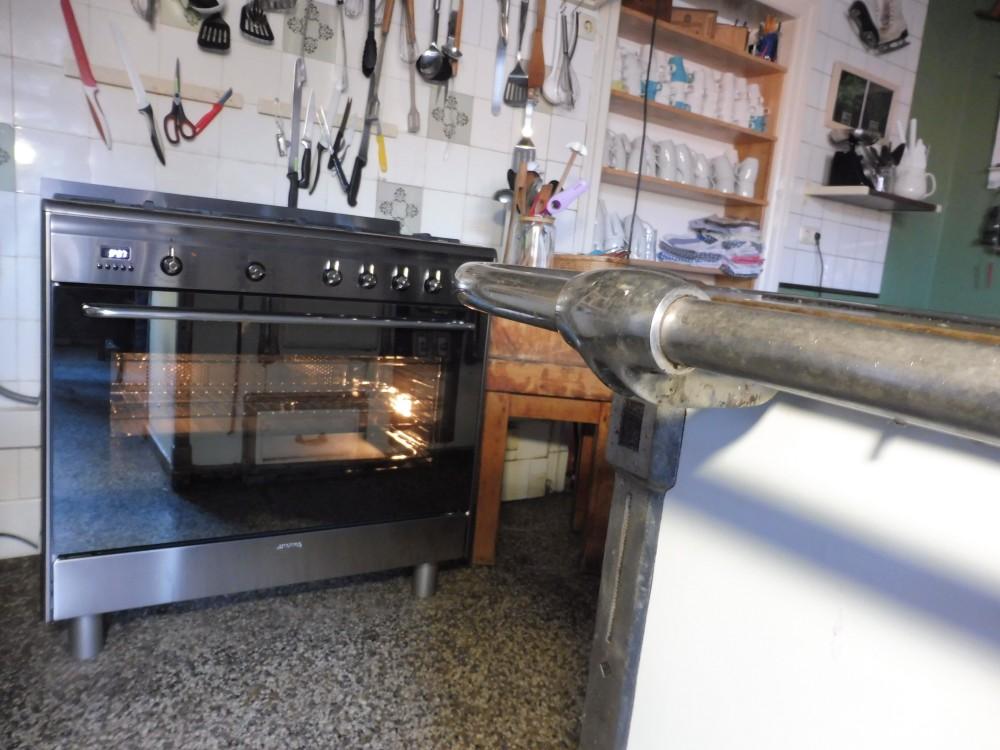 Neuer Gasherd mit Elektrobackofen in historischer Küche