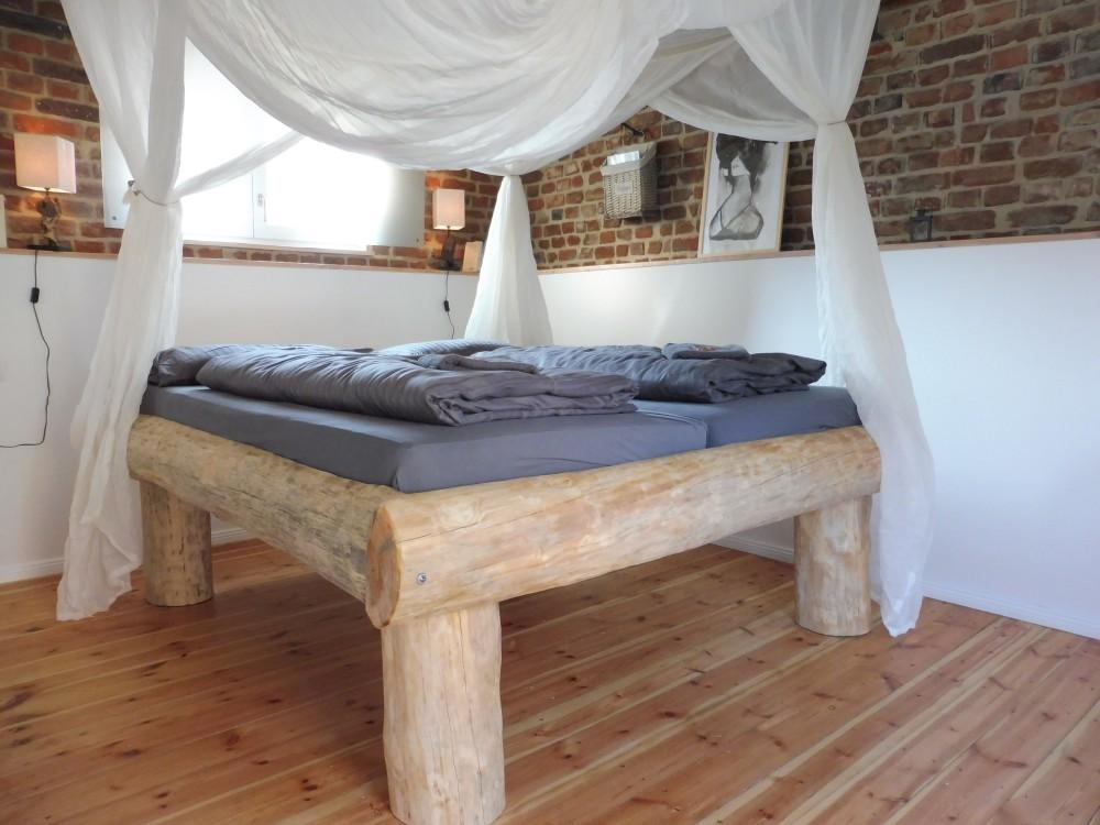 DIY Bett aus Baumstämmen