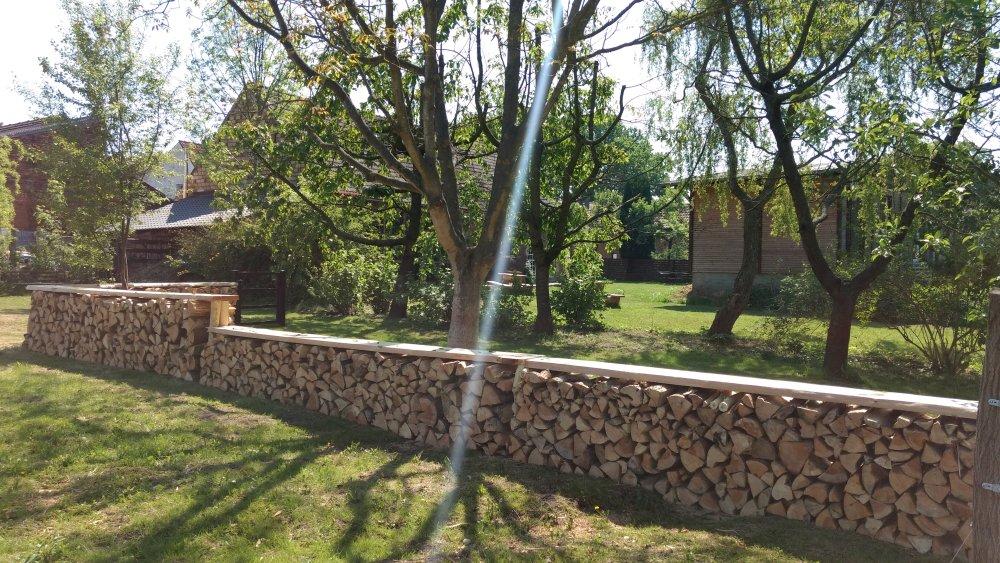 DIY Zaun Brennholz gestapelt sitzfläche