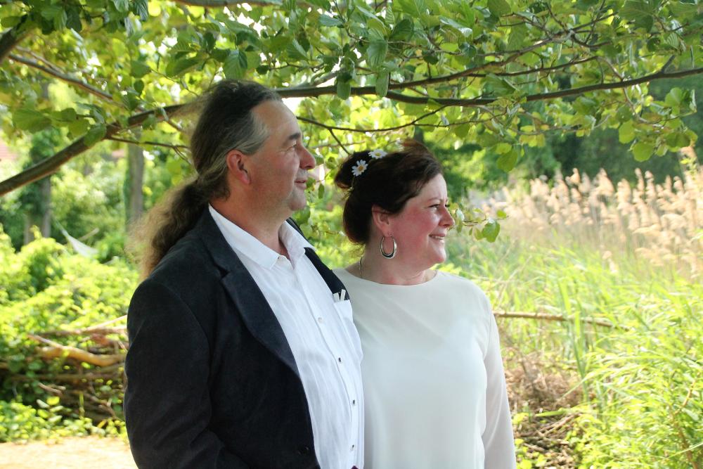 Haus-am-Bauernsee-Garten-Hochzeit-Paar