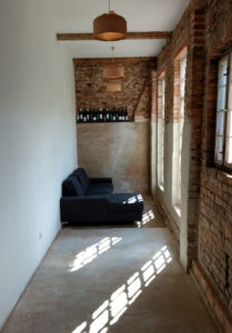 Sofa im Seitengang der Scheune