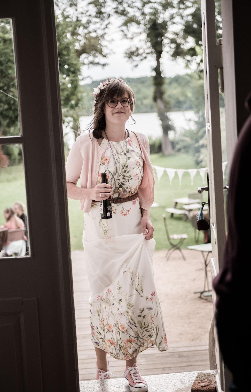 Braut mit Blick in den Garten