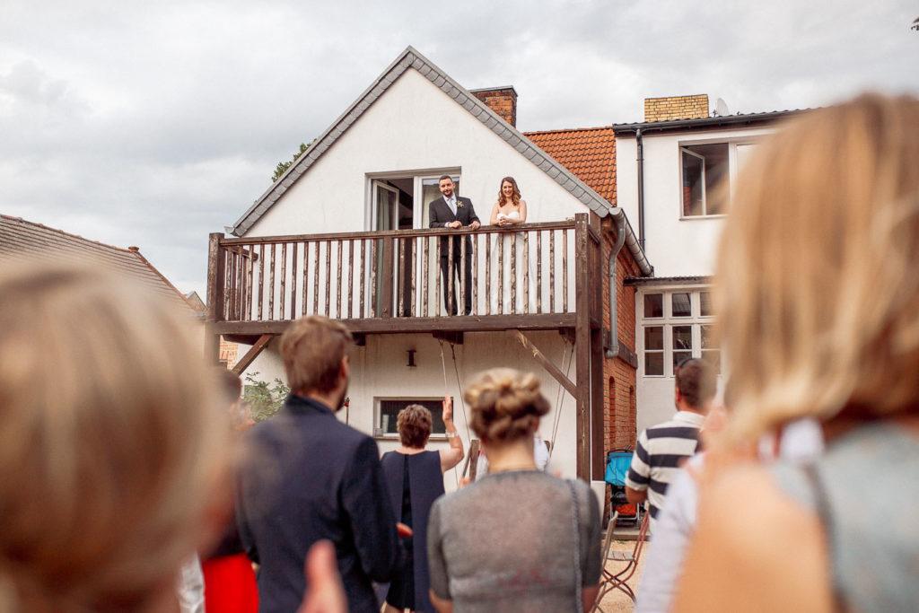 Paar auf dem Balkon vom Räucherhäuschen Dobbrikow