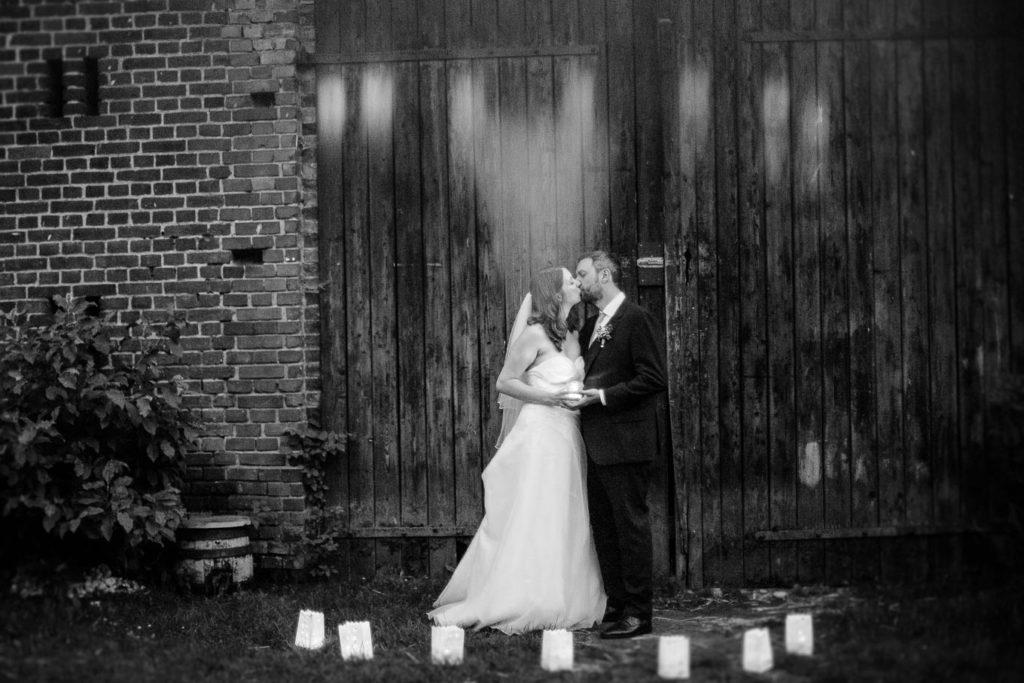 Hochzeitspaar vor Scheune