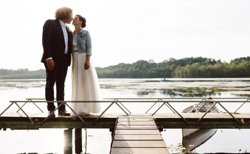 Hochzeitspaar auf dem Steg Bauernsee