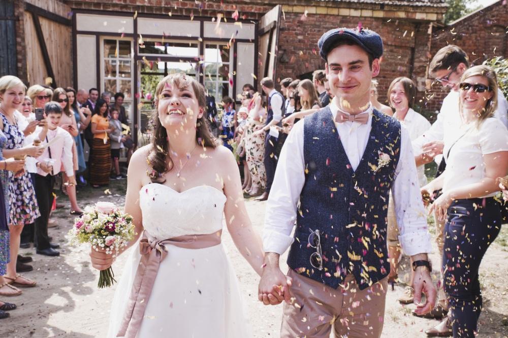 Hochzeitspaar in Scheune - Trauung
