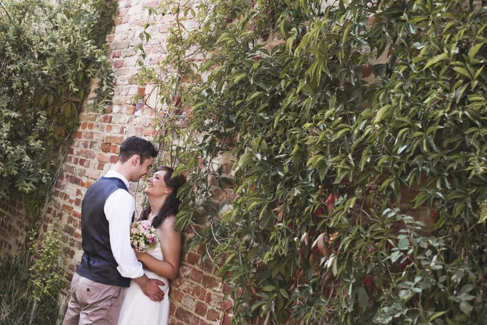 Paar vor Scheune im Garten Brandenburg Hochzeit